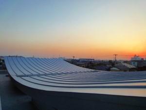 「きみさらず」のウエーブした屋根と夕焼け=大地とも繋がっていますよ!